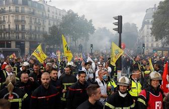 الشرطة الفرنسية تطلق الغاز المسيل للدموع على محتجين من رجال الإطفاء في باريس