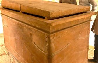 إعادة تركيب غطاء التابوت الحجري بمقبرة الملك الشاب غرب الأقصر | صور