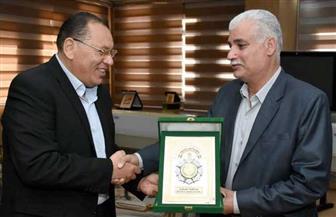 محافظ الشرقية يكرم رئيس مركز بلبيس ويمنحه شعار المحافظة