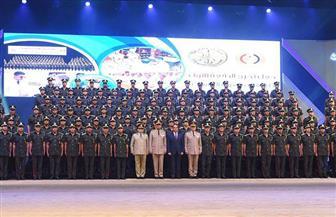 الرئيس السيسي يلتقط الصور التذكارية مع خريجي الدفعة الأولى بكلية الطب العسكري
