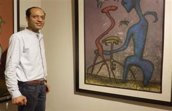 بهاء عامر يطرح رؤيته للواقع بقالب فانتازي بمعرضه «الوقوف على أطرف الأصابع» | صور