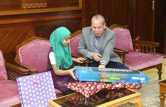 محافظ كفر الشيخ يعتذر للتلميذة هيام ويقدم لها هدية | صور