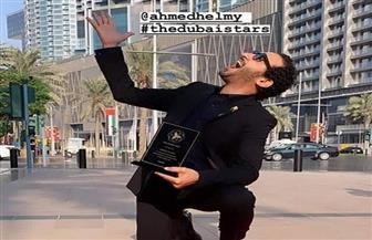 أحمد حلمي يحتفل باختياره كأول فنان عربي في ممر المشاهير بدبي