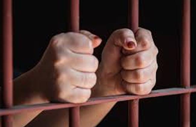 تجديد حبس ربة منزل لاتهامها بحيازة ;المخدرات; وتسهيل دخولها لشقيقها داخل الحجز بحلوان