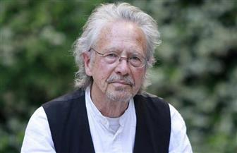 محتجون ومقاطعون لحفل توزيع جائزة نوبل للأدب للكاتب النمساوي هاندكه