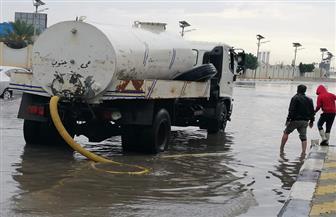 الدفع بسيارات الكسح لشفط تكدسات مياه الأمطار من شوارع بورسعيد | صور