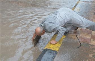 رئيس مدينة مطوبس يقوم بتسليك بلاعة صرف لتصريف تراكمات مياه الأمطار | صور