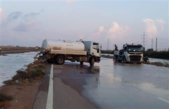محافظة مطروح تعلن عن انتهاء إزالة مياه الأمطار وإعادة فتح الطريق الدولي الساحلي | صور