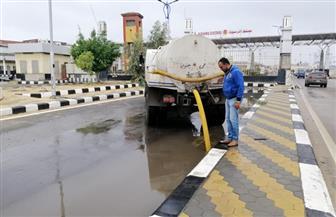 رئيس حي الجنوب يتابع أعمال رفع المياه بمدخل بورسعيد |صور