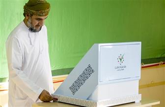 الناخبون العمانيون يبدأون الإدلاء بأصواتهم في انتخابات مجلس الشورى