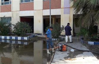 انتظام الدراسة بكفر الشيخ.. وكسح تجمعات مياه الأمطار من أفنية المدارس | صور