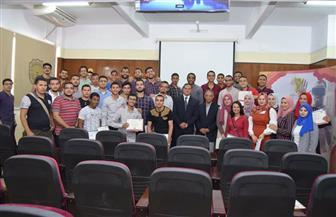 رئيس جامعة سوهاج يكرم 160 طالبا لاجتيازهم تدريبات معسكر الإبداع وريادة الأعمال | صور
