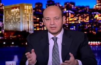 """عمرو أديب يبكي على الهواء بعد وفاة """"السقا"""" المفاجئ ويعتذر لفريق عمله لإذاعة الحلقة"""
