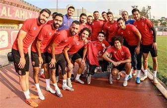 لاعبو الأهلي يستقبلون «حماصة» خلال مران اليوم