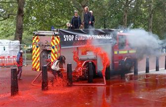 نشطاء مدافعون عن البيئة يرشون طلاء أحمر على واجهة وزارة المالية البريطانية