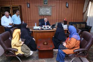 محافظ بورسعيد يصرف إعانات شهرية للمواطنين.. ويستجيب لطلب سيدة مسنة