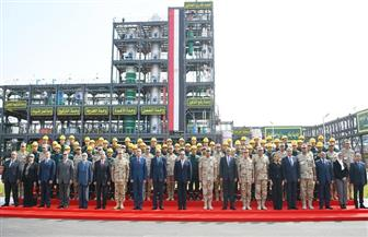 الرئيس السيسي يلتقط صورة تذكارية مع العاملين بمصنعي الغازات الطبية والصناعية