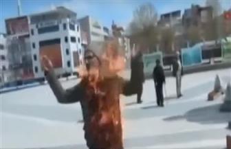 مواطن تركي يشعل النار في نفسه بالشارع |فيديو