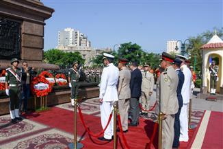 بمناسبة ذكرى انتصارات أكتوبر.. قيادات الإسكندرية يضعون الزهور على النصب التذكاري للشهداء |صور