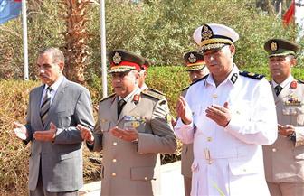 محافظ أسيوط وقائد المنطقة الجنوبية العسكرية يضعان إكليل الزهور على قبر الجندي المجهول | صور