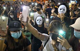 عشرات الآلاف يتظاهرون في تحدٍ لحظر الأقنعة في هونج كونج