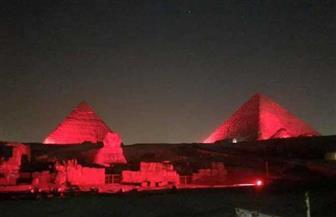 في اليوم العالمي للقلب.. إنارة الأهرامات باللون الأحمر | صور