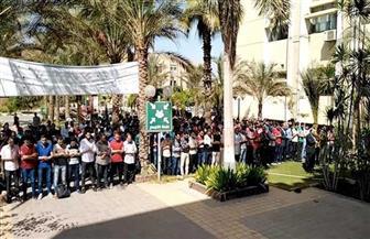 قيادات كلية الصيدلة والطلاب يؤدون صلاة الغائب على روح شهيد العلم  بجامعة الأزهر