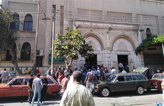 مواطنون يتجمعون أمام مسجد العمري بالإسكندرية لتشييع جثمان الفنان طلعت زكريا | صور