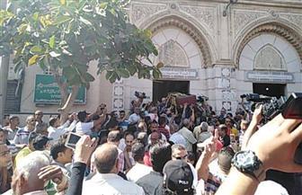 وصول جثمان الفنان طلعت زكريا لمسجد العمري بالإسكندرية | صور