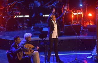 """ضيوف حفل افتتاح مهرجان الموسيقى العربية يتفاعلون مع """"الكينج"""" بعد غناء النشيد الوطني"""