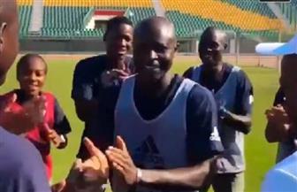 حكام بطولة كأس أمم إفريقيا تحت 23 عاما يحتفلون بعيد ميلاد أحد زملائهم | فيديو