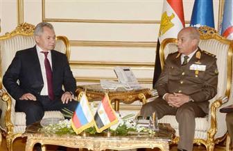 وزير الدفاع يلتقي نظيره الروسي لبحث التعاون في مجالات الأمن والتدريبات المشتركة
