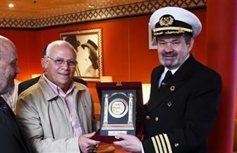 """محافظ بورسعيد يهدي درع المحافظة لقبطان سفينة """"حلم المحيط"""" بالميناء  صور"""
