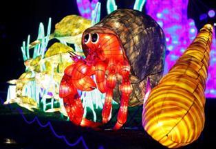 مصابيح عملاقة على شكل حيوانات بحرية تتلألأ في باريس