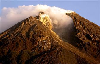 """ثورة بركان جبل ميرابي في إندونيسيا """"بارتفاع ألف متر"""""""