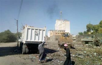 بعد تبرع رجل أعمال بـ500 ألف جنيه.. رفع أطنان من القمامة من شوارع كوم أمبو| صور