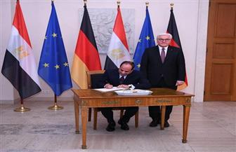 الرئيس السيسي يوقع في دفتر كبار الزوار بمقر الرئاسة الألمانية ببرلين