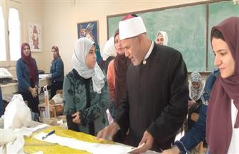 طالبة بكلية الاقتصاد المنزلي تهدي نائب رئيس الجامعة لوحة فنية للإمام الأكبر |صور