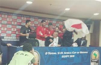 لاعبو المنتخب الأوليمبي يقتحمون المؤتمر الصحفي لشوقي غريب