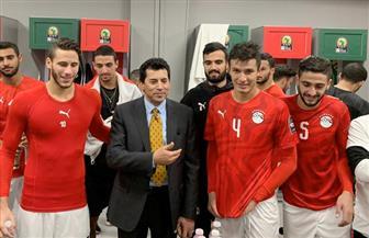وزير الرياضة يحتفل مع لاعبي المنتخب المصرى بالتأهل لأولمبياد طوكيو