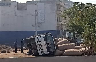 """انقلاب سيارة نقل محملة بالأقطان فى طريق """"مرور سالم"""" بطنطا   صور"""