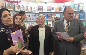 شهد إقبالا كبيرا من الطالبات.. معرض للكتاب بتخفيضات كبيرة بجامعة الأزهر