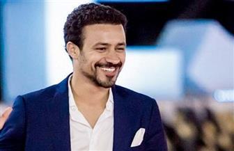 أحمد داوود يقدم حفل القاهرة السينمائي مرتديا قبعة مكسيكية