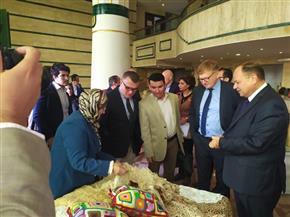 وفد من سفراء الاتحاد الأوروبي يزور معرض الحرف اليدوية للقرى المنتجة بالفيوم | صور