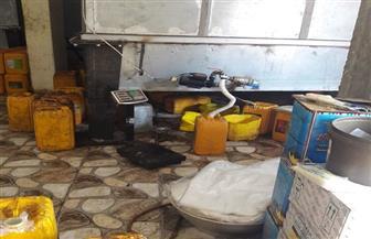 ضبط مخزن يعيد تصنيع زيت الطعام منتهي الصلاحية بالفيوم | صور