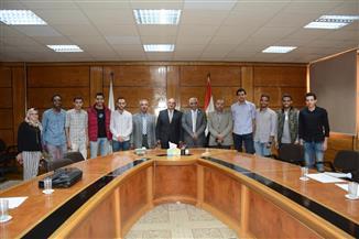 """رئيس جامعة أسيوط يكرم فريق """"الهندسة"""" الفائز بالمركز الأول عالميا في مسابقة """"كاسحة الألغام"""" بالصين"""