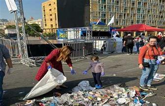 ريا أبى راشد تجمع القمامة مع ابنتها من تظاهرات بيروت