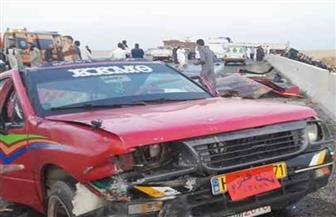 """مصرع ٣ وإصابة ١٨ في انقلاب سيارة عمالة على طريق """"التحدي"""" الصحراوي"""