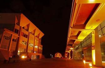إضاءة مبنى مكتبة الإسكندرية باللون البرتقالي لمناهضة العنف ضد المرأة | صور