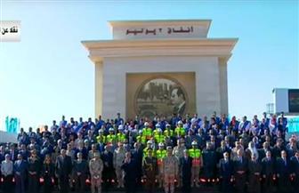 الرئيس السيسي يلتقط صورة تذكارية مع العاملين في أنفاق 3 يوليو